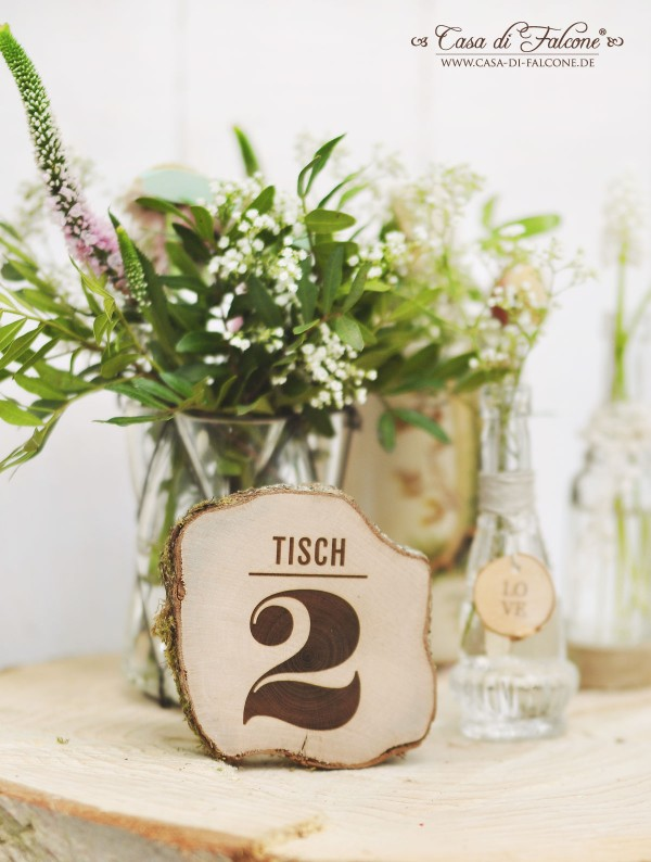 Schöner heiraten: rustikale Tischdeko I Birkenscheibe mit Holzgravur I Tischnummer I Casa di Falcone