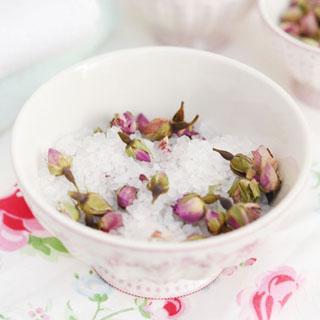 Badesalz mit Rosenblüten
